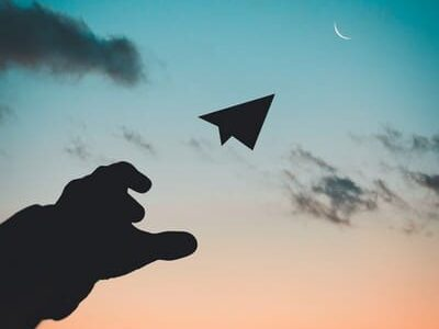 Canva - Silhouette Photo of Man Throw Paper Plane - Copie